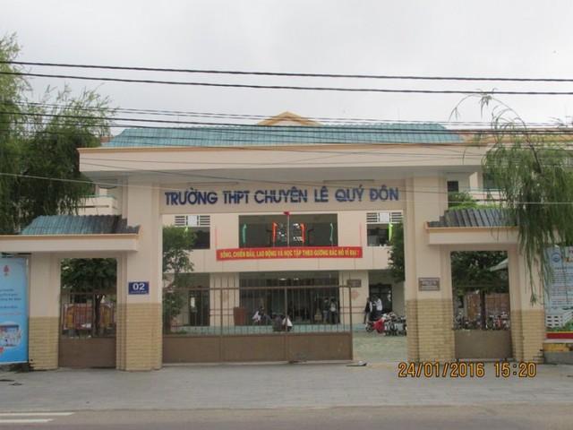 Do quá phẫn uất nên ngày 01/01/2016, tại Lễ kỷ niệm 15 năm thành lập Trường THPT chuyên Lê Quý Đôn (2000 - 2015) thầy Trương Hoài Phương đã cầm dao tự mổ bụng mình ngay tại lễ đài để phản đối nhưng đã được ngăn chặn kịp thời. Ảnh: Tamnhin.net.