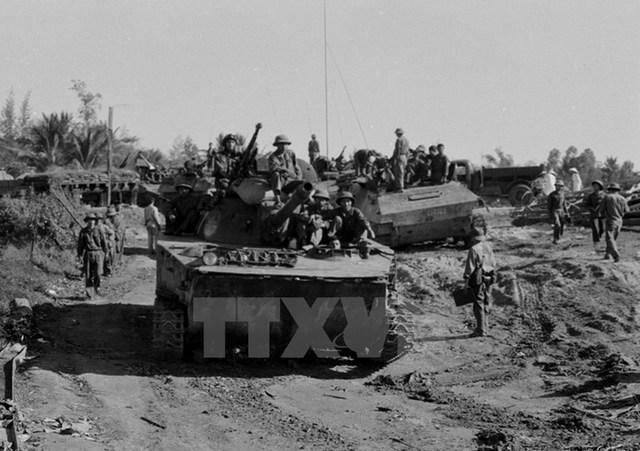 Pháo binh và xe tăng quân Giải phóng trên đường hành quân vào giải phóng Quy Nhơn. Ảnh: TTXVN.