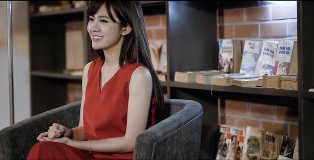 Hot girl Tú Linh cũng tham gia MV.