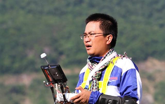 Ông Bùi Minh Tuấn trong một lần tác nghiệp bằng Flycam (Ảnh: NVCC)
