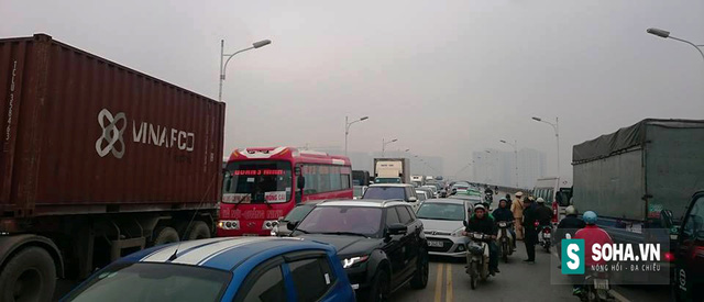 Vụ tai nạn khiến giao thông qua khu vực ùn tắc nghiêm trọng.
