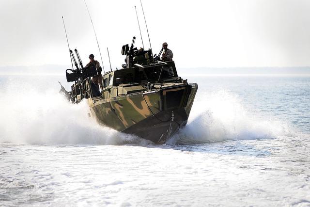 Xuồng có chiều dài 15m, rộng 3,8m, lượng giãn nước đầy tải 20.500kg. Động cơ Roll-Royce trang bị trên xuồng giúp nó đạt được tốc độ tối đa lên đến 43 hải lý/giờ.  Ngoài ra, với phần thân vỏ được gia cố, nó có thể di chuyển vào vùng biển nhiều đá ngầm để đổ quân.