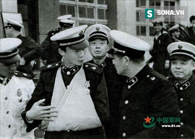 Dương Chí Lượng kể lại trận hải chiến Trường Sa cho đồng đội - một trong nhiều hình ảnh tuyên truyền xuyên tạc của chính phủ Trung Quốc nhằm đổi trắng thay đen bản chất cuộc xâm lược quần đảo Trường Sa. (Ảnh: 81.cn)