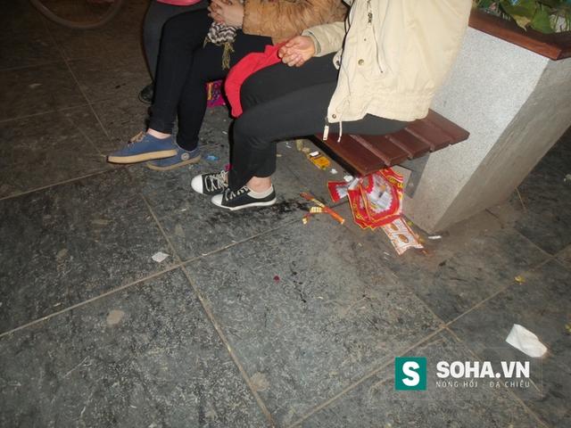 Nhiều người sau khi dùng xong đồ ăn, uống đã vô tư vứt ngay xuống dưới ghế.