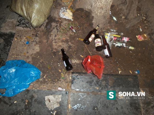 Nhiều người sau khi uống bia xong đã vất luôn vào gốc cây mặc dù các chai bia này bằng thủy tinh rất nguy hiểm.