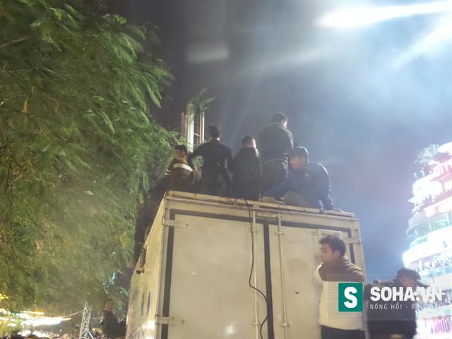 Nóc xe ô tô truyền phát tín hiệu di động đã biến thành nơi để các thanh niên xem biểu diễn ca nhạc.