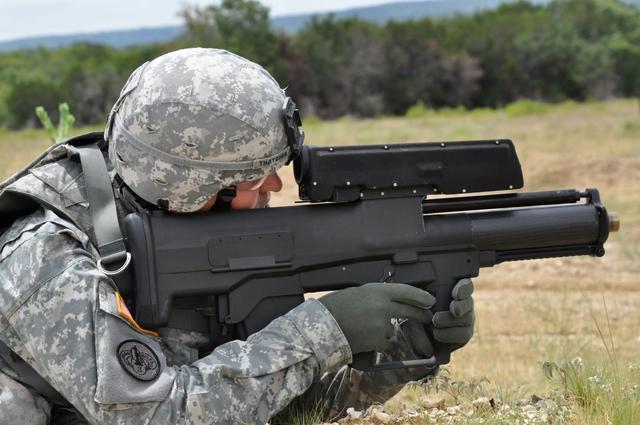 Lính Mỹ với súng phóng lựu công nghệ cao XM25