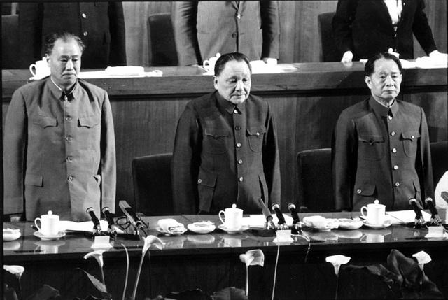 Từ trái qua: Triệu Tử Dương, Đặng Tiểu Bình, Hồ Diệu Bang. Ảnh chụp năm 1984.
