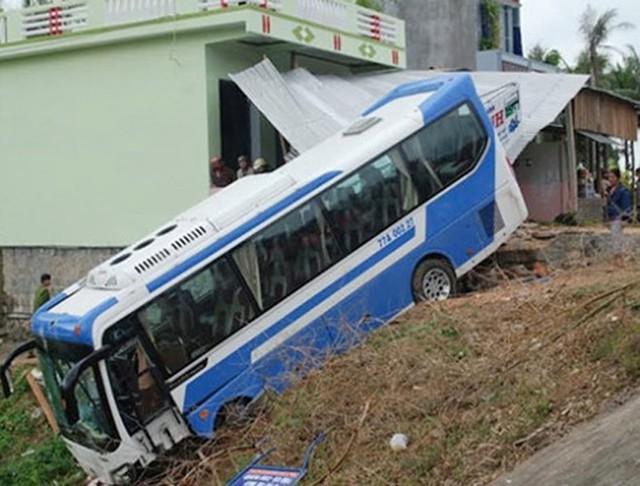 Chiếc xe chở đợi U19 Bình Định bị mất lái, suýt dính tai nạn thảm khốc.