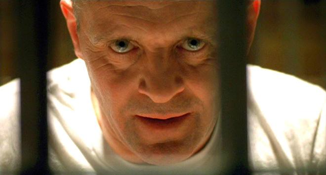 Nam tài tử Anh Anthony Hopkins trong vai Hannibal Lecter, một bác sĩ giết người bệnh hoạn, đi tìm liều thuốc an thần thông qua sự đau đớn và tiếng la hét của nạn nhân. Ảnh cắt trong phim.