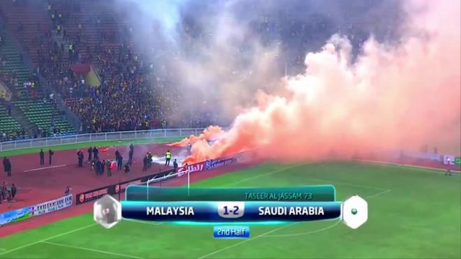 Vụ đốt pháo sáng khiến Malaysia bị phạt, xử thua 0-3 Saudi Arabia.