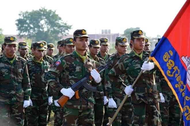 Mẫu súng trường tấn công tiêu chuẩn của Quân đội Campuchia hiện nay vẫn là khẩu AK-47, hoặc phiên bản AKM/AKMS, hoặc mẫu K56 (Trung Quốc làm theo mẫu AK).  Tuy nhiên, bên cạnh đó, quốc gia này đã đầu tư mua sắm một số lượng nhỏ các mẫu súng trường kiểu mới như QBZ-97, Daewoo K1/2 cho lực lượng tác chiến đặc biệt, mà cụ thể là Trung đoàn đặc nhiệm 911.