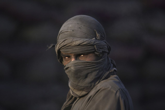 Người đàn ông lao động tại một cửa hàng bán than hoa ở thành phố Kabul, Afghanistan.