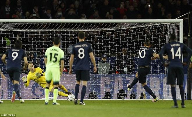 Đầu trận, PSG được hưởng penalty, nhưng Ibrahimovic không thắng nổi Joe Hart.