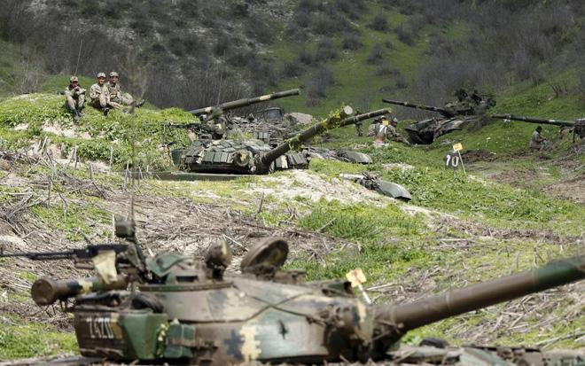 Quân nhân của lực lượng tự vệ Nagorno-Karabakh ngồi nghỉ ngay trên trận địa gần ngôi làng Mataghis.