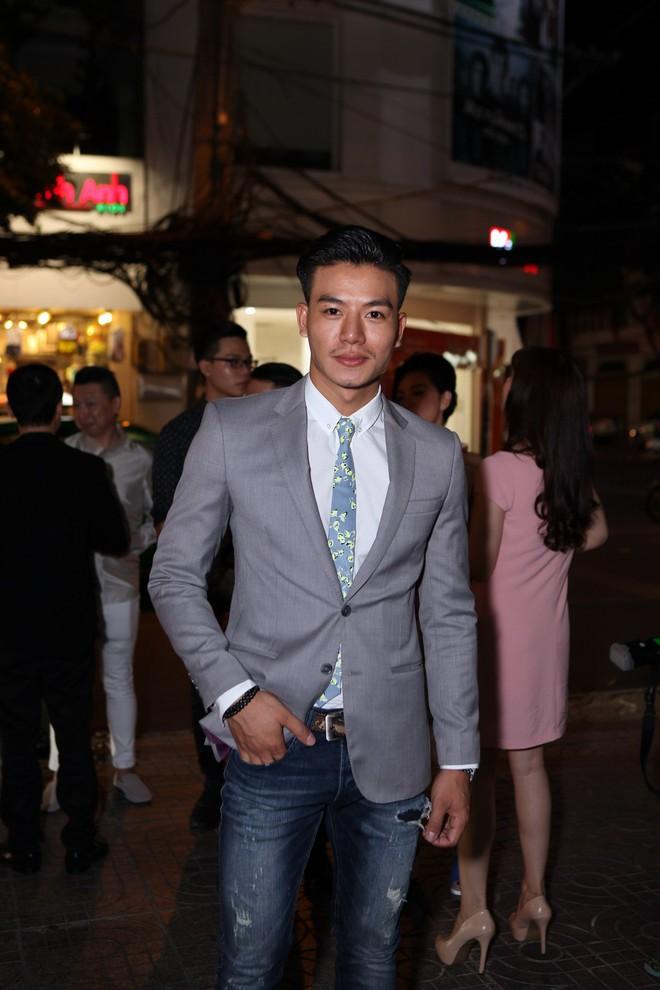 Hiếu Nguyễn lịch lãm, bảnh bao khi đi ra mắt phim.
