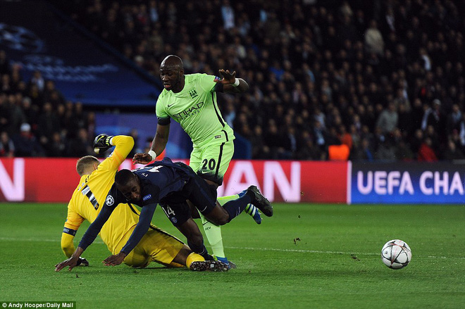 Tình huống nhạy cảm khi Yaya Toure tì sau cầu thủ PSG và đáng lẽ chủ nhà đã có được quả 11m thứ hai.