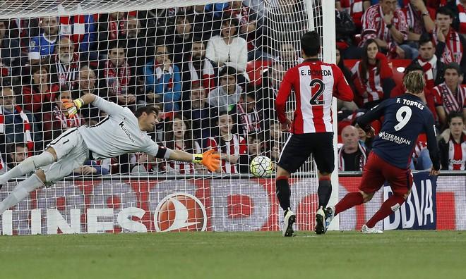 Torres ghi bàn vào lưới Bilbao, giúp Atletico Madrid bám đuổi Barcelona.