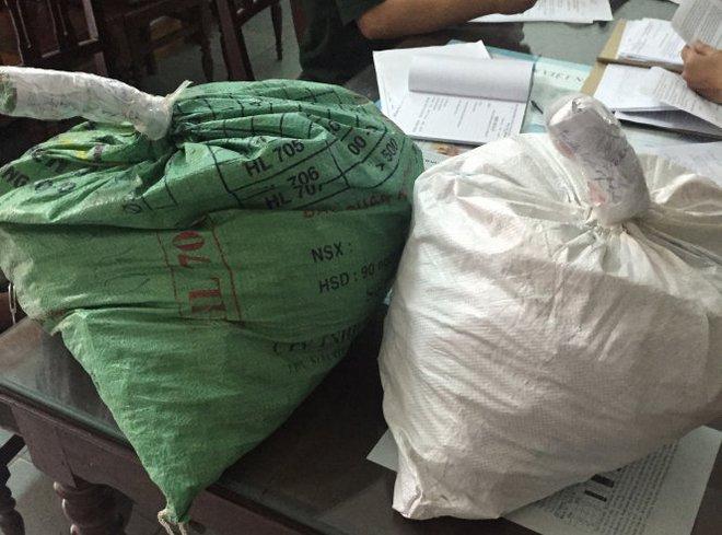 Hai bao thuốc nổ do Viêng Vi Lay Sẻng Đa La vận chuyển vào Việt Nam - Ảnh: Đức Trí