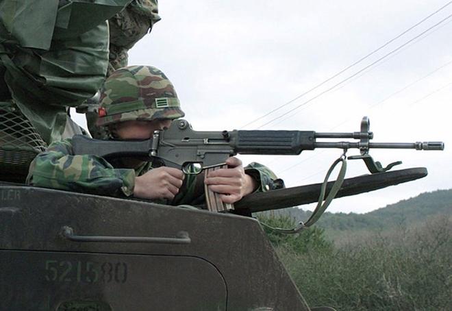 Ngoài QBZ-97, đặc nhiệm Campuchia còn được trang bị khẩu súng trường tấn công Daewoo K2 do hãng S&T Motiv (Hàn Quốc) sản xuất, đơn giá một khẩu lên tới 727 USD. Khẩu K2 dùng đạn 5,56 x 45 mm chuẩn NATO, đạt tốc độ bắn 750 phát/phút, tầm bắn hiệu quả khoảng 600 m.