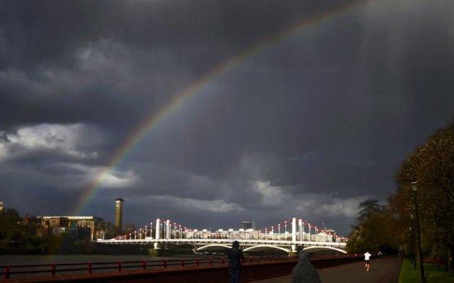 Cầu vồng xuất hiện sau cơn mưa trên công viên Battersea ở London, Anh.