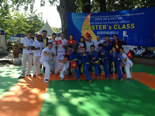Vovinam giao lưu với đoàn võ thuật Capoeira (Brazil) tại Liên hoan Võ thuật Quốc tế Chungju 2014 (Hàn Quốc). Ảnh: Hoàng Triều.