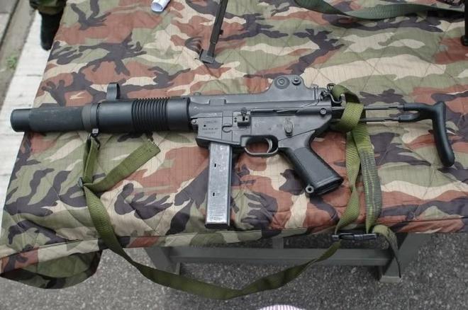 Đặc biệt, khẩu K7 thiết kế nòng súng kiểu ống hãm thanh, khi bắn gần như không gây tiếng động cũng như không tạo ra chớp lủa đầu nòng, rất phù hợp cho các chiến dịch chống khủng bố khởi động ban đêm hoặc các phi vụ ám sát.