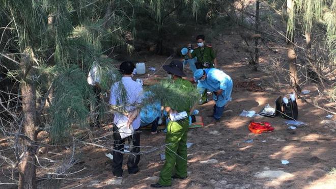 Công an đang khám nghiệm hiện trường nơi bé N. bị chôn xác - Ảnh: Nguyễn Nam