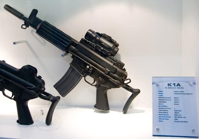 Bên cạnh khẩu K2, Campuchia cũng có trong tay khẩu tiểu liên K1 cũng do Daewoo phát triển, dùng đạn 5,56 x 45 mm, tốc độ bắn 700 - 900 phát/phút, tầm bắn 250 m.