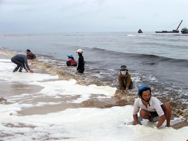 Người dân đi bắt cá dại khi xuất hiện thủy triều đỏ xuất hiện ở Bình Thuận. Ảnh: Pháp luật TP HCM.