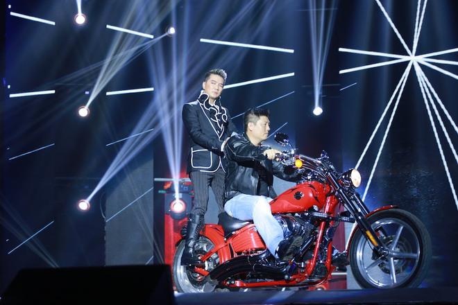Mở đầu chương trình Đàm Vĩnh Hưng khiến khán giả thích thú khi lao mô tô lên sân khấu.