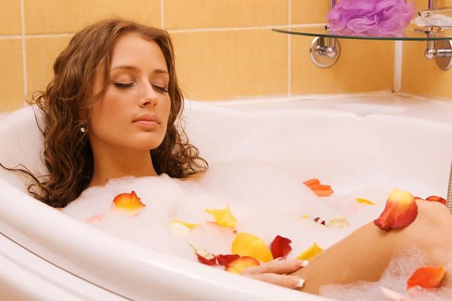 Nên chờ tối thiểu 40 phút sau bữa ăn mới tắm để đảm bảo sức khỏe (Ảnh minh họa)