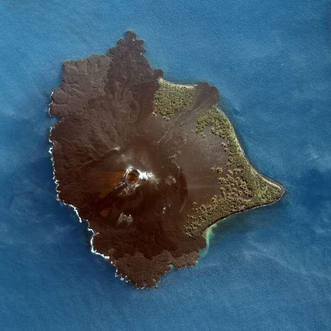 Hình ảnh núi lửa Anak Krakatoa trên hòn đảo cùng tên, hậu duệ của Krakatoa. Ảnh: NASA.