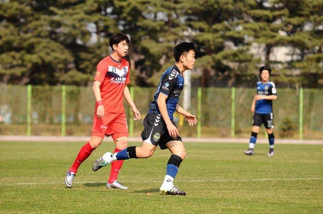 Xuân Trường ra sân trong trận đấu ở R-League.