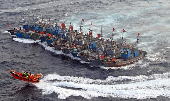 Các tàu cá Trung Quốc có khả năng tham gia xung đột đã khiến lực lượng tuần tra biển Đông của Mỹ đối diện rắc rối về pháp lý và cả chính trị nếu tấn công. (Ảnh minh họa: Getty Images)