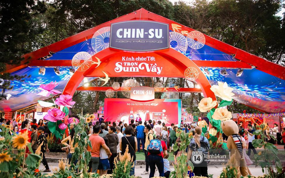"""Người dân Sài Gòn """"đại náo"""" Lễ hội Tết Việt và thưởng thức bữa tiệc ẩm thực bùng nổ nhất mùa Tết này"""