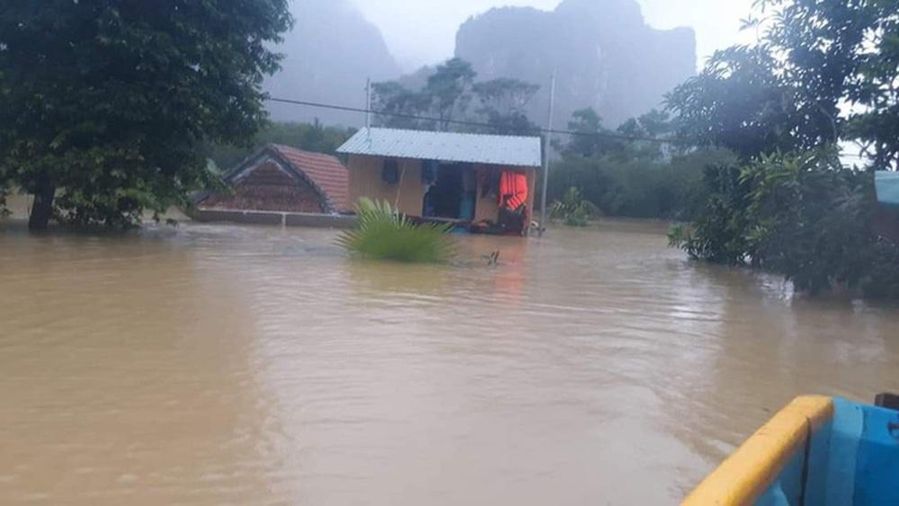 Mẹ chèo thuyền đi nhận hàng cứu trợ, con trai ở nhà rơi xuống nước tử vong - Ảnh 1.