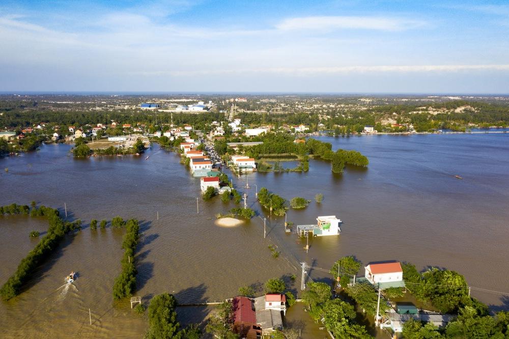 Rốn lũ Quảng Bình nhìn từ flycam: Nắng đã lên, nhiều tuyến đường đã thông, thuận lợi cho cứu trợ - Ảnh 2.