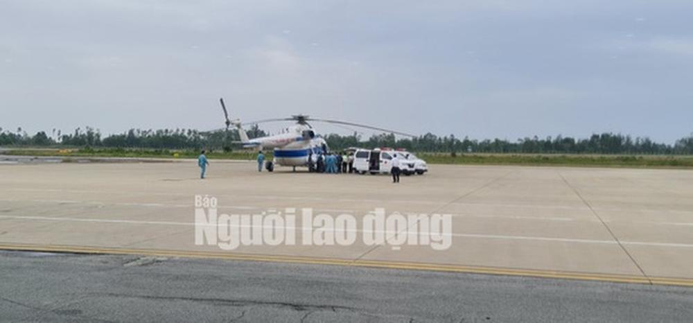 Trực thăng đưa 2 lãnh đạo xã bị thương nặng ở Quảng Trị vào Huế cấp cứu - Ảnh 2.