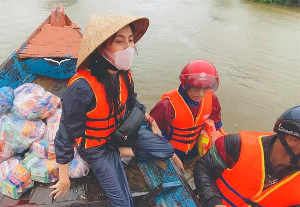 Mặc cảnh báo nguy hiểm từ cơn bão số 9, Thủy Tiên và Công Vinh trở lại miền Trung cứu trợ - Ảnh 1.