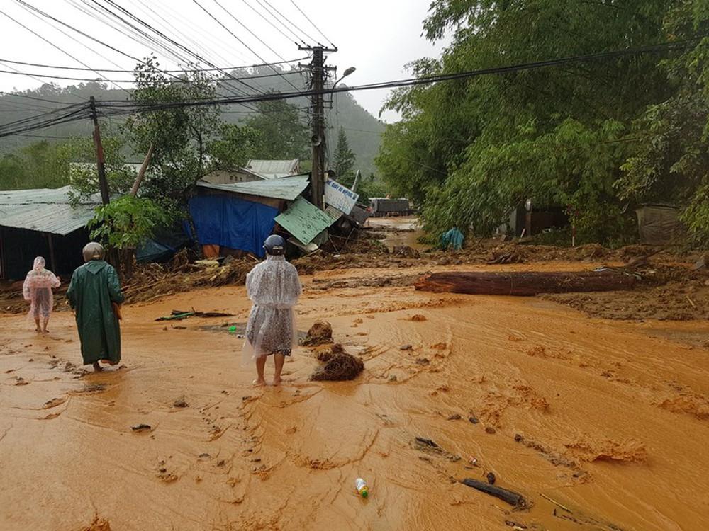 Đất đá đổ sập xuống khu dân cư, nhiều người bị vùi lấp may mắn thoát nạn - Ảnh 7.