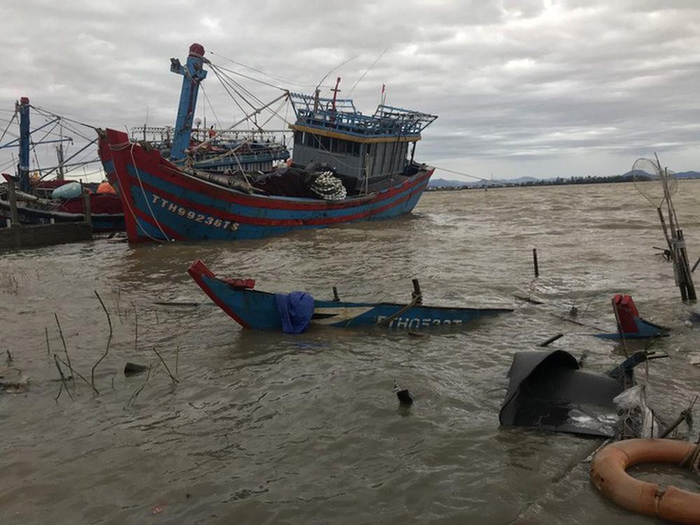 Bão số 13 quần thảo suốt 4 giờ ở vùng ven biển Thừa Thiên - Huế - Ảnh 16.