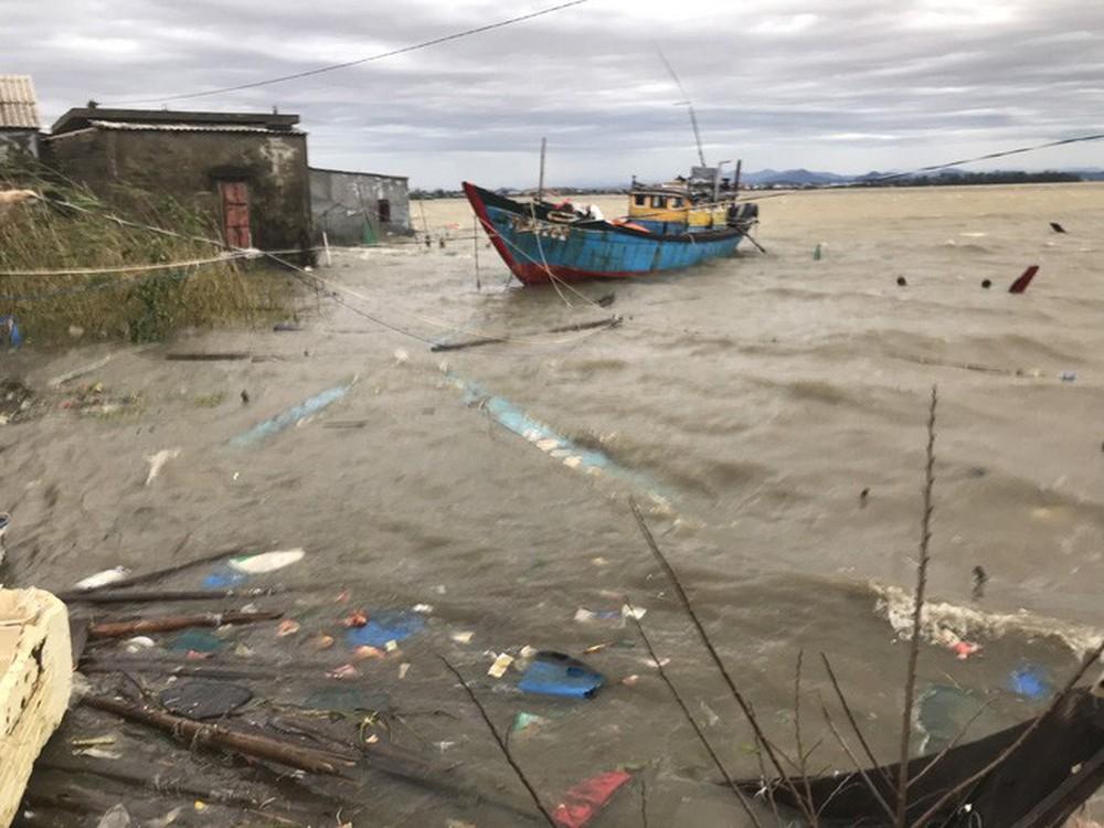 Bão số 13 quần thảo suốt 4 giờ ở vùng ven biển Thừa Thiên - Huế - Ảnh 18.