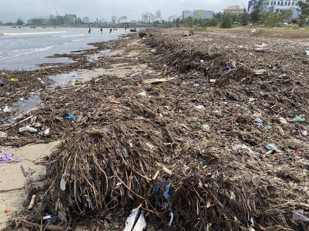 [Ảnh] Hơn 500 tấn rác dạt vào bãi biển Đà Nẵng - Ảnh 8.