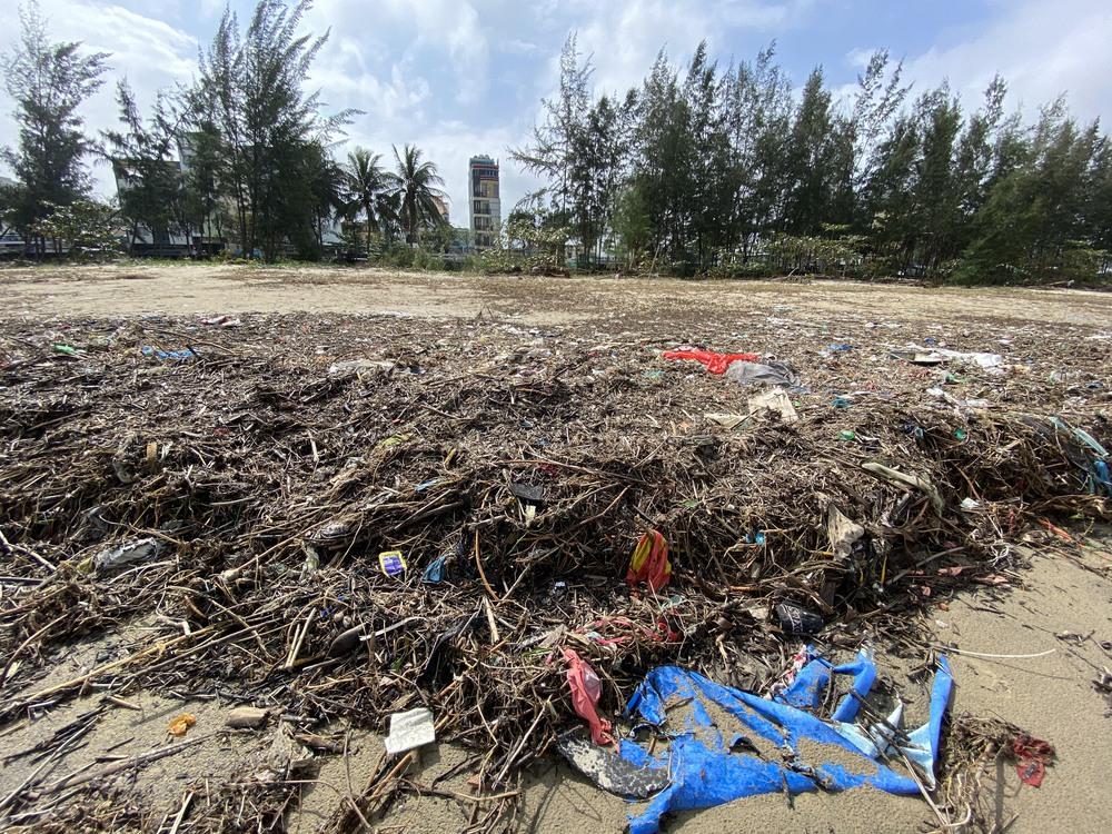 [Ảnh] Hơn 500 tấn rác dạt vào bãi biển Đà Nẵng - Ảnh 3.