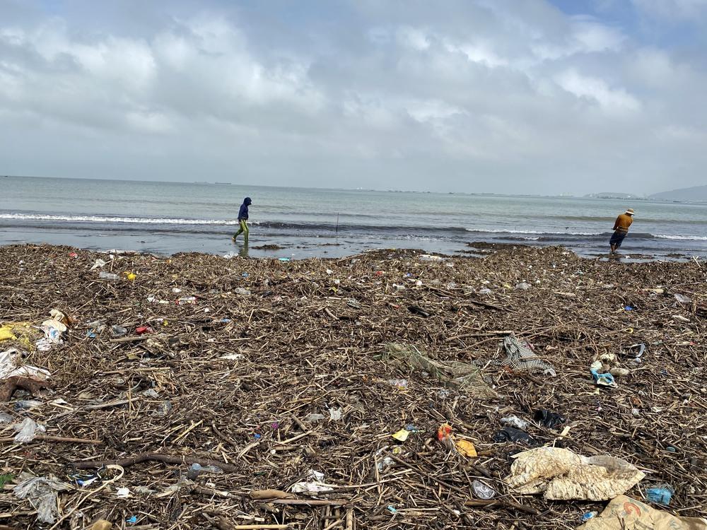 [Ảnh] Hơn 500 tấn rác dạt vào bãi biển Đà Nẵng - Ảnh 12.