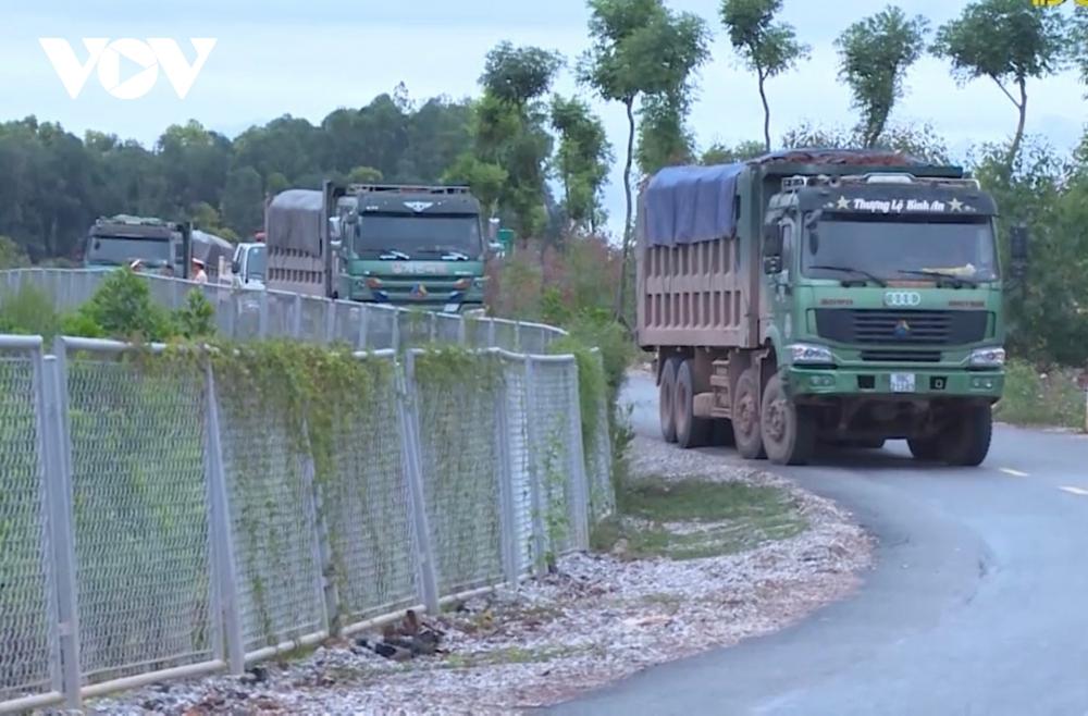 """""""Bất lực"""" nhìn đường gom 60 tỷ cao tốc Bắc Giang - Lạng Sơn bị """"cày"""" nát - Ảnh 3."""