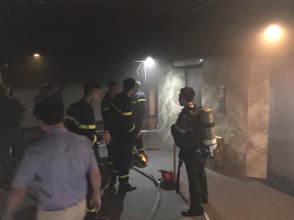 Cháy khách sạn ở Nghệ An, hành khách tháo chạy tán loạn ra ngoài - Ảnh 9.