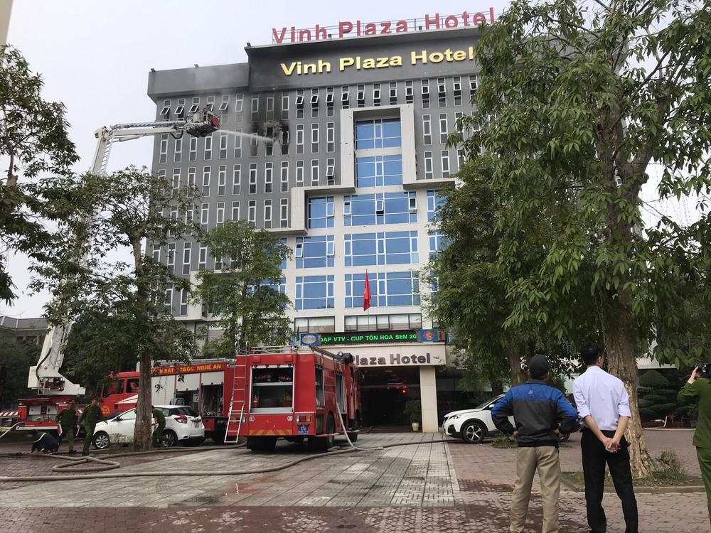 Cháy khách sạn ở Nghệ An, hành khách tháo chạy tán loạn ra ngoài - Ảnh 2.
