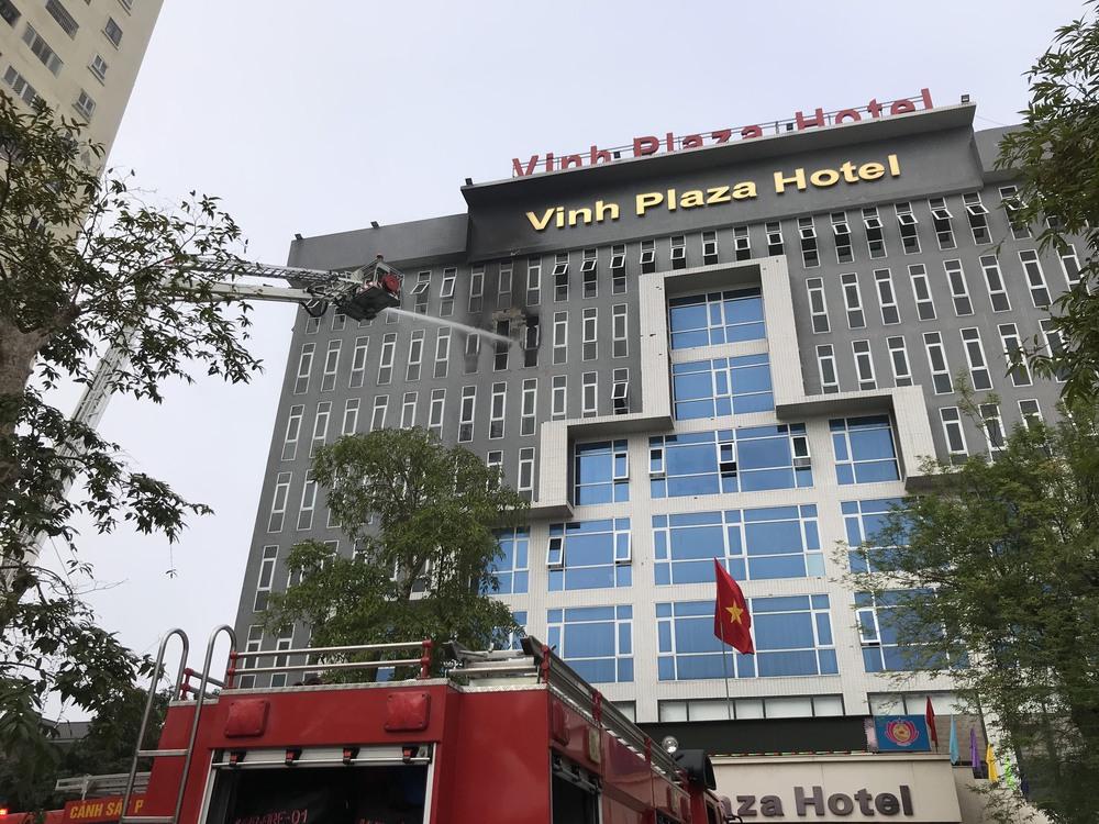 Cháy khách sạn ở Nghệ An, hành khách tháo chạy tán loạn ra ngoài - Ảnh 5.